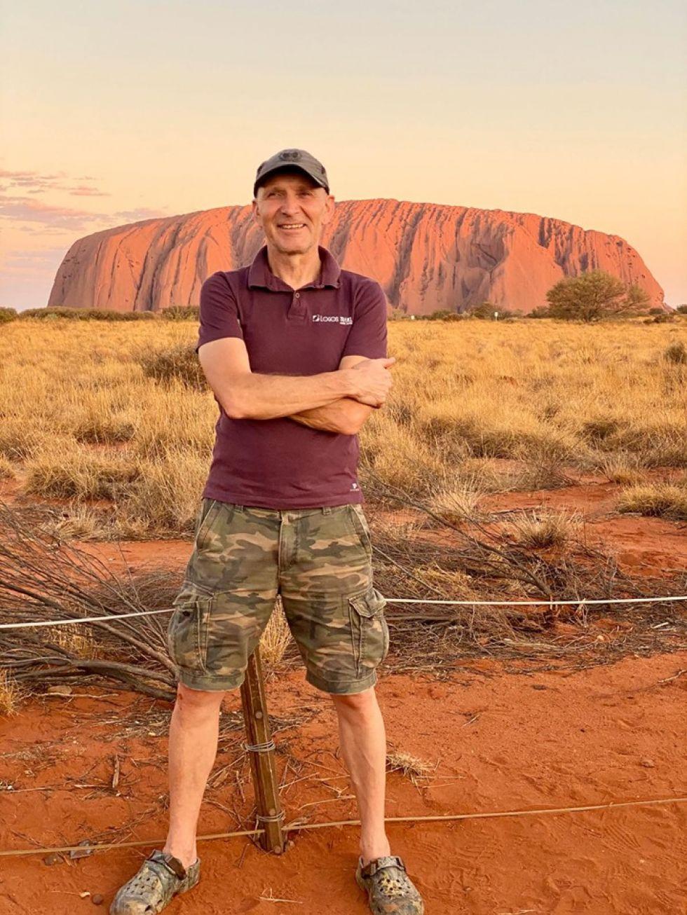 pilot Emilian na tle Uluru swietej gory Aborygenow