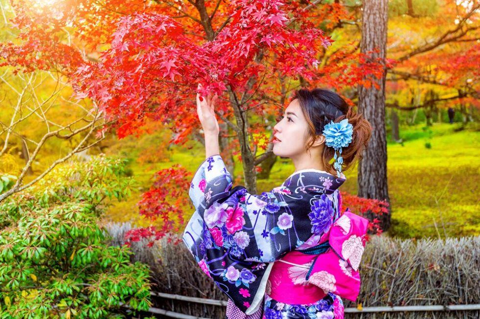 japonka-na-tle-czerwiejacego-klonu