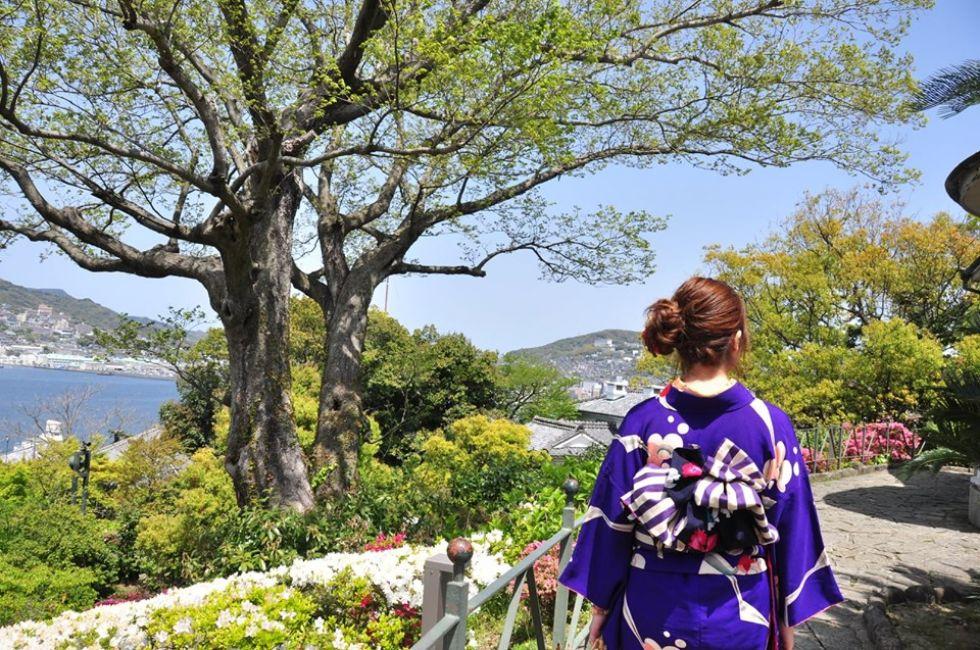 japonka-na-tle-azjatyckiej-przyrody