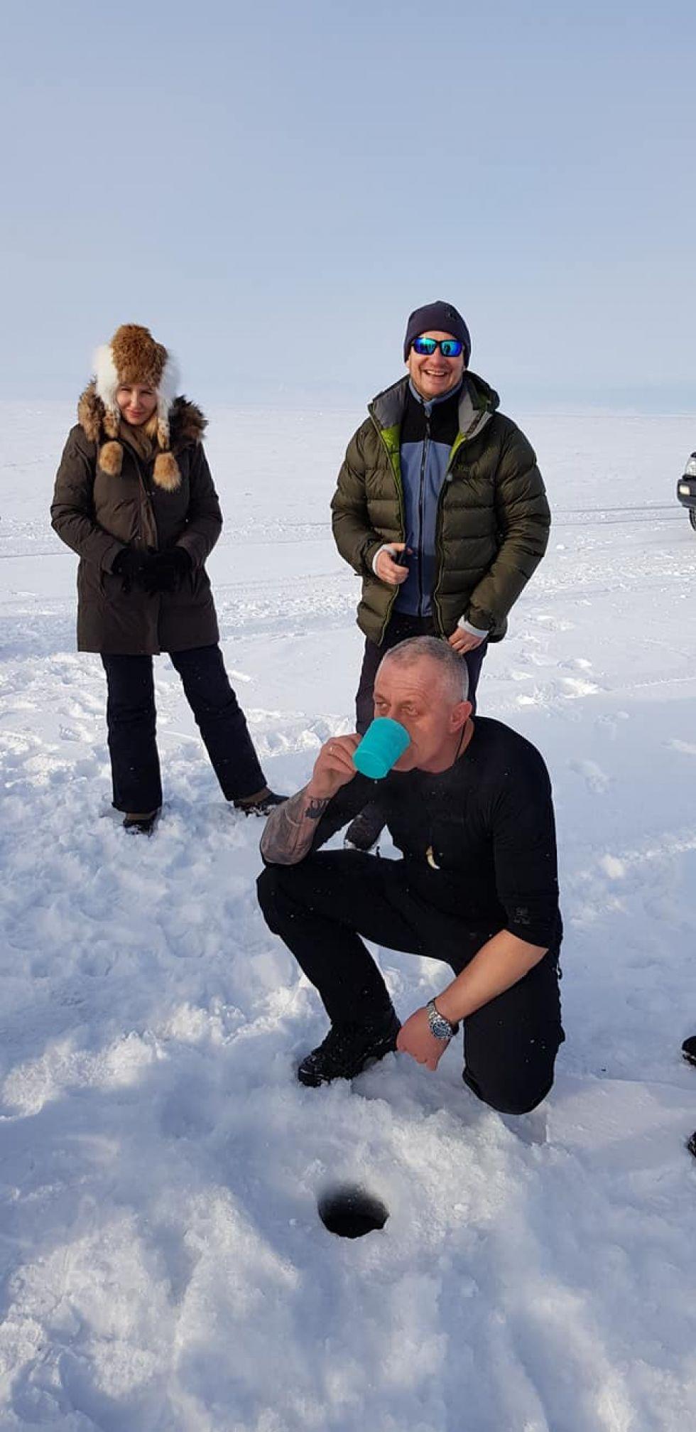 picie wody z jeziora bajkal