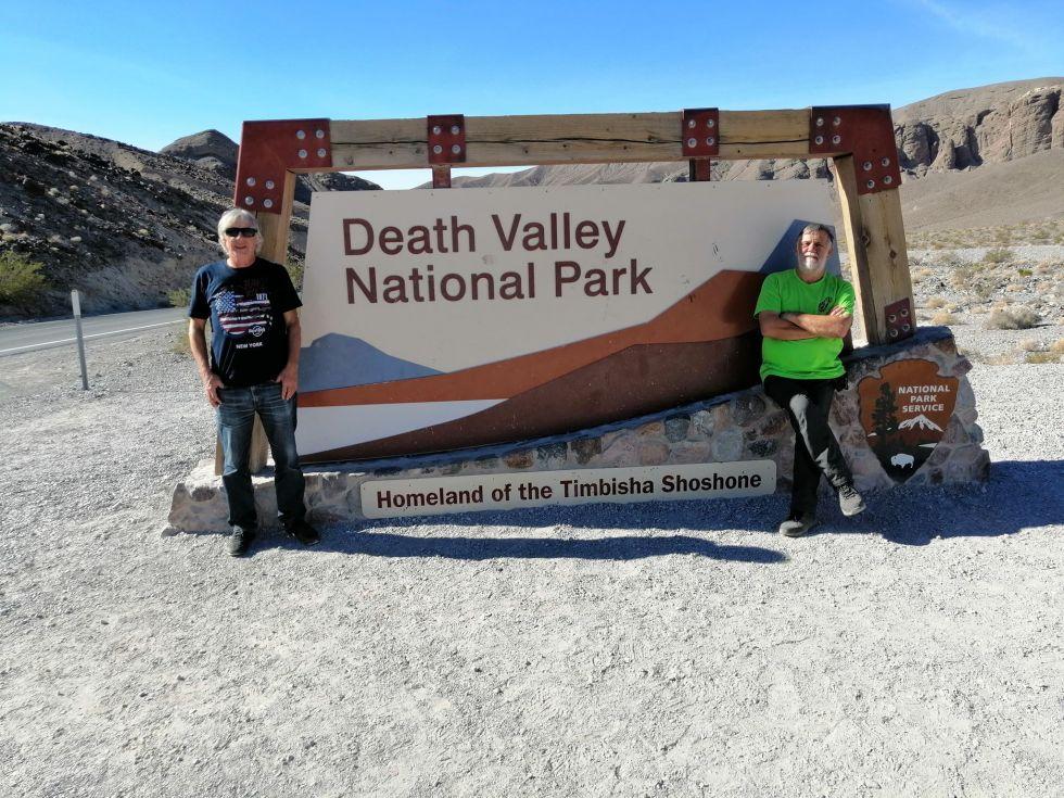 przejazd przez doline smierci i pamiatkowe zdjecie naszego pilota i turysty
