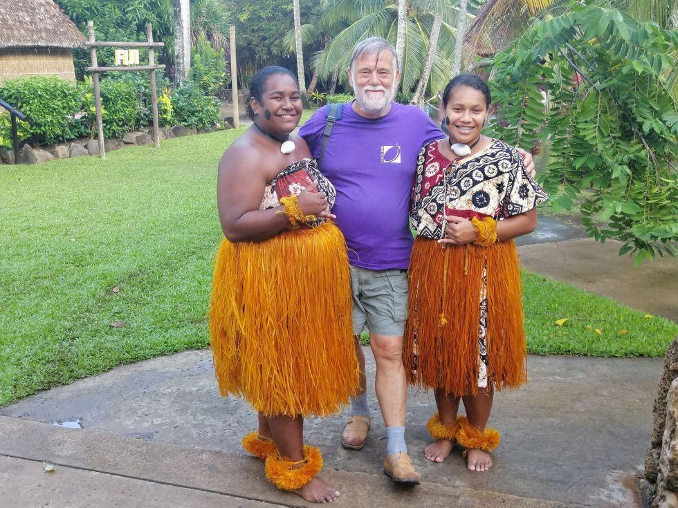 nasz turysta w otoczeniu kobiet z wyspy samoa