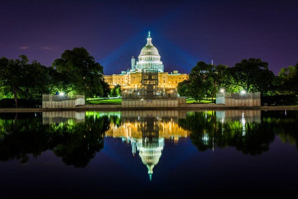 widok-na-oswietlony-kapitol-w-waszyngtonie