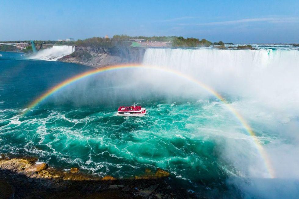 widok-na-tecze-i-statek-wycieczkowy-na-tle-wodospadu-niagara