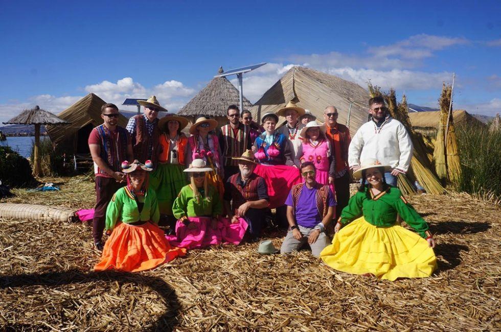 nasza grupa w wiosce boliwijskiej na wyspach uros