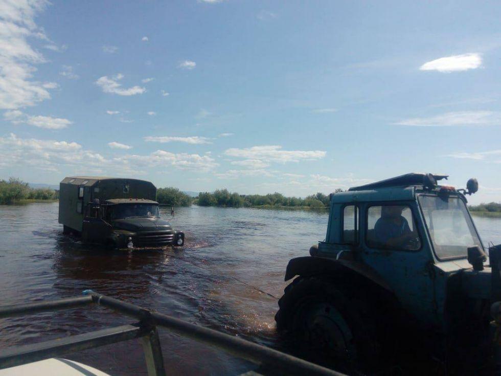 zalana droga podczas wyprawy na syberie