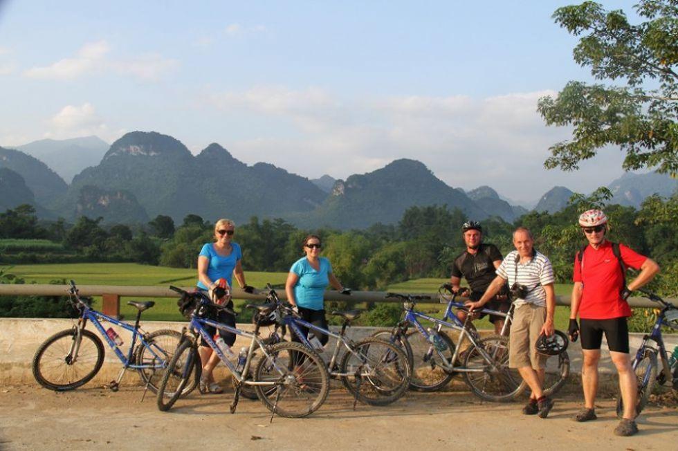 nasi turysci na rowerach w tle typowych wietnamskich widokow