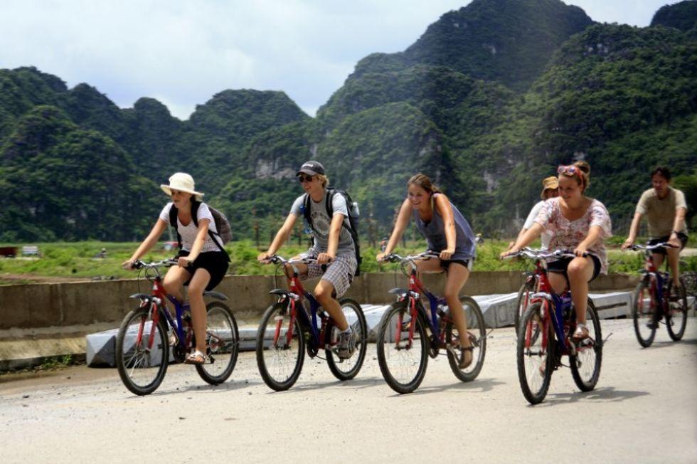 nasi turysci jada na rowerach przez wietnam