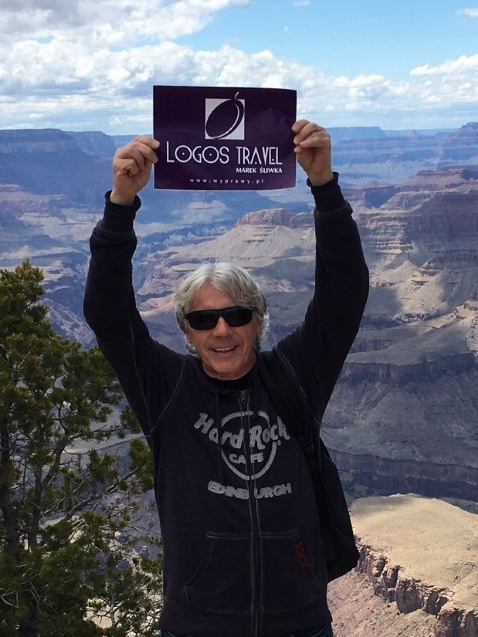 nasz pilot janusz z tabliczka logos travel na tle parku narodowego zion