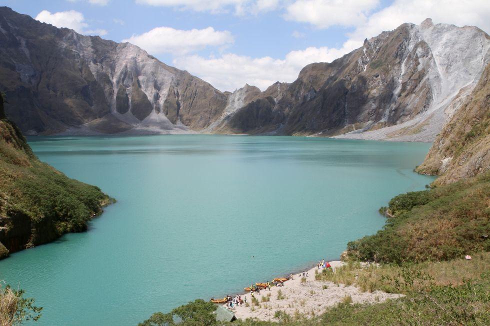 turkusowe jezioro u podnozy wulkanu pinatubo