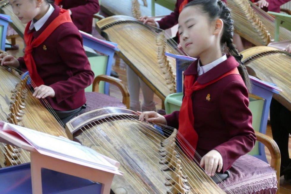 koreanska dziewczynka grajaca na instrumencie