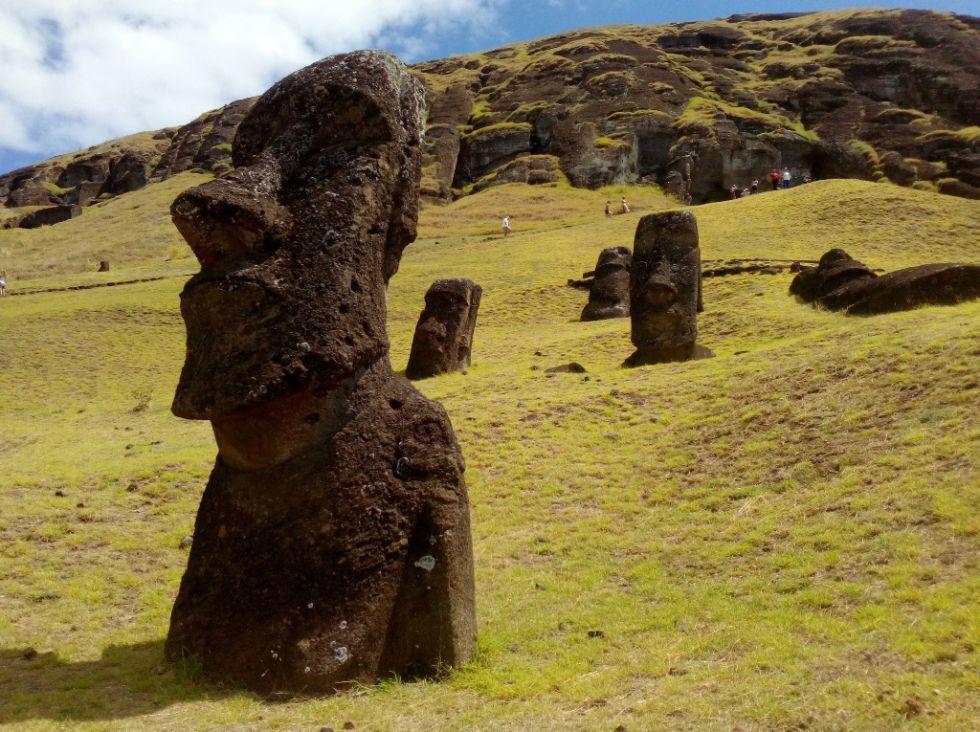 posagi moai na wyspie wielkanocnej