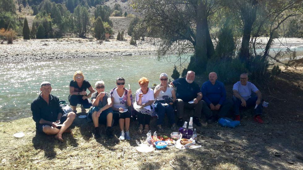 nasi turyści podczas pikniku nad rzeka karakul