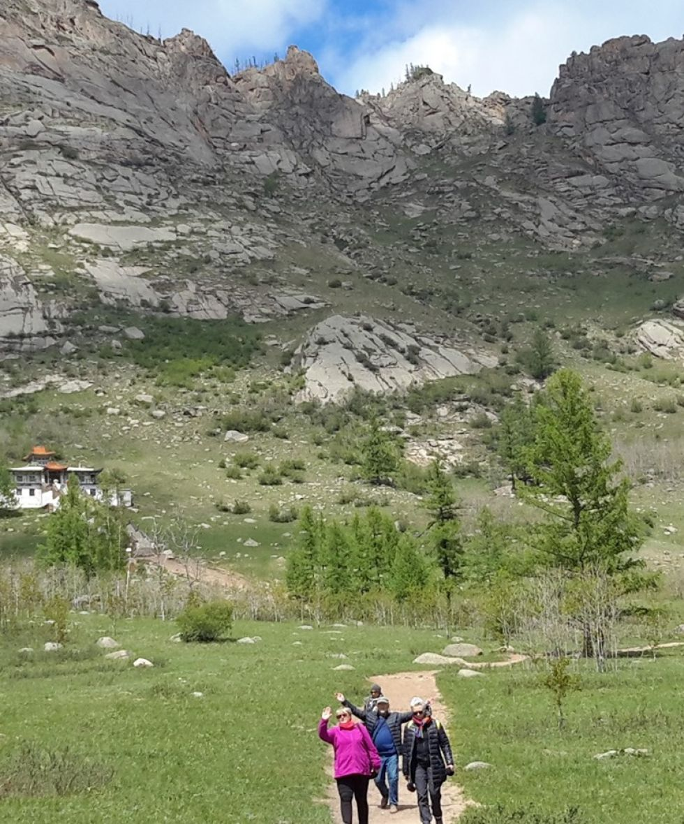 grupa naszych spacerujacych turystow w otoczeniu mongolskich krajobrazow