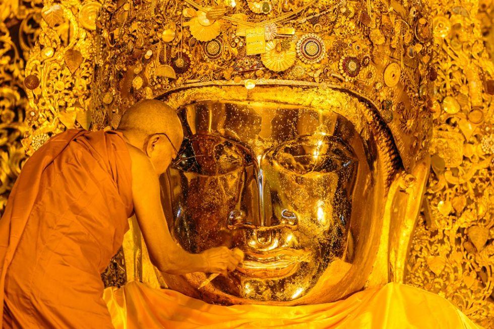 mycie-posagu-buddy-przez-mnicha
