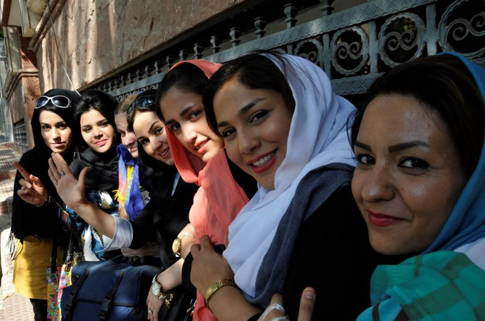 iranczycy mijani podczas zwiedzania