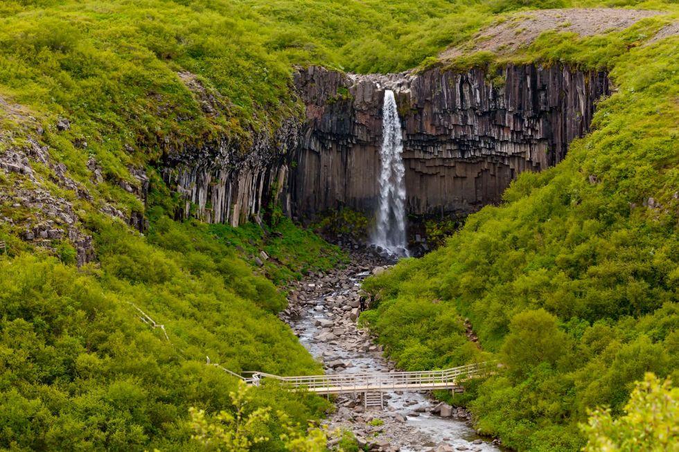 czarny wodospad w parku narodowym skaftafell