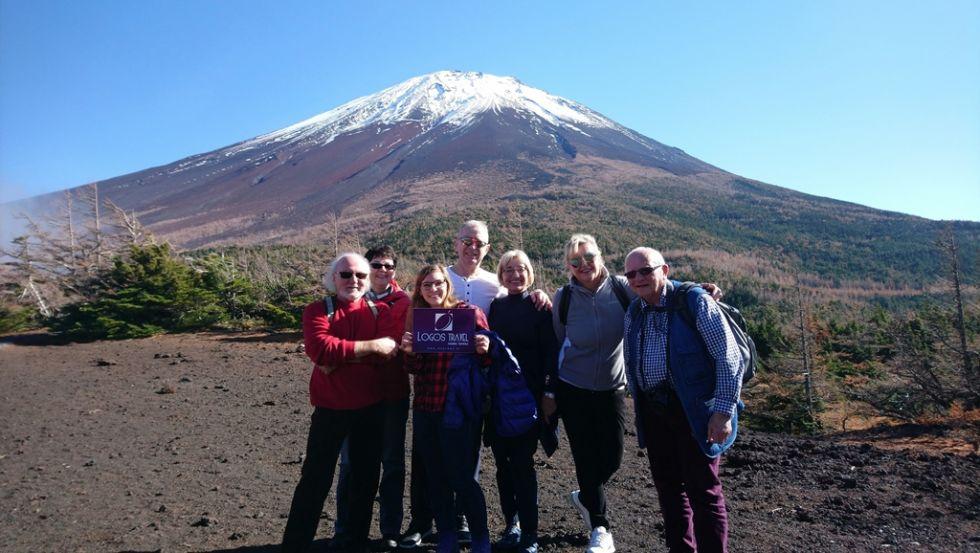 grupa turystow logos travel pod wulkanej fuji