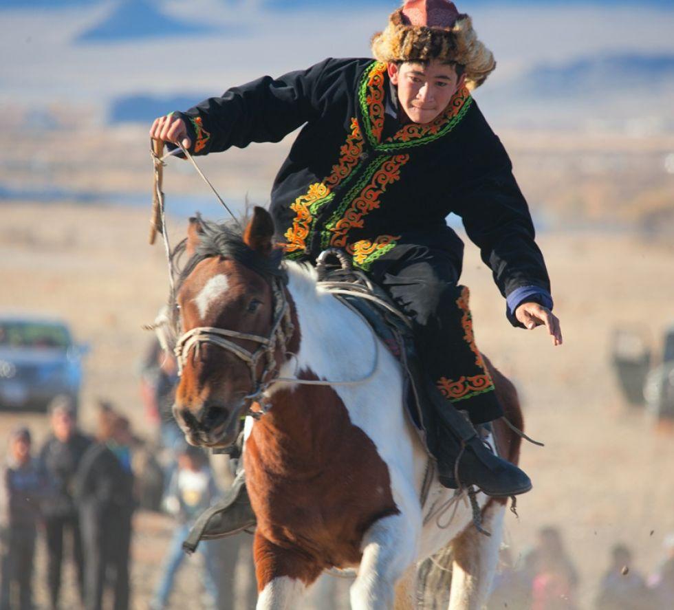 Napotkany Mongoł jadący na koniu na stepie