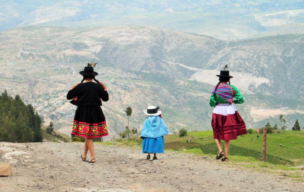 Potomkowie dawnych Inków w tradycyjnych strojach na andyjskim szlaku