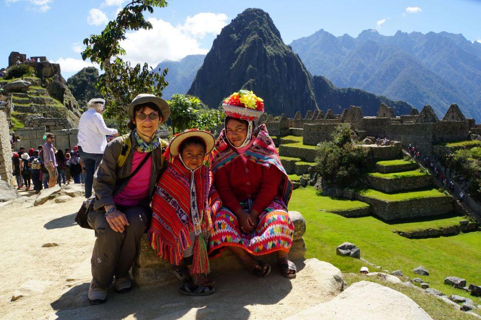 Nasza turystka z potomkami Indian w tradycyjnych strojach na tle Macchu Picchu.
