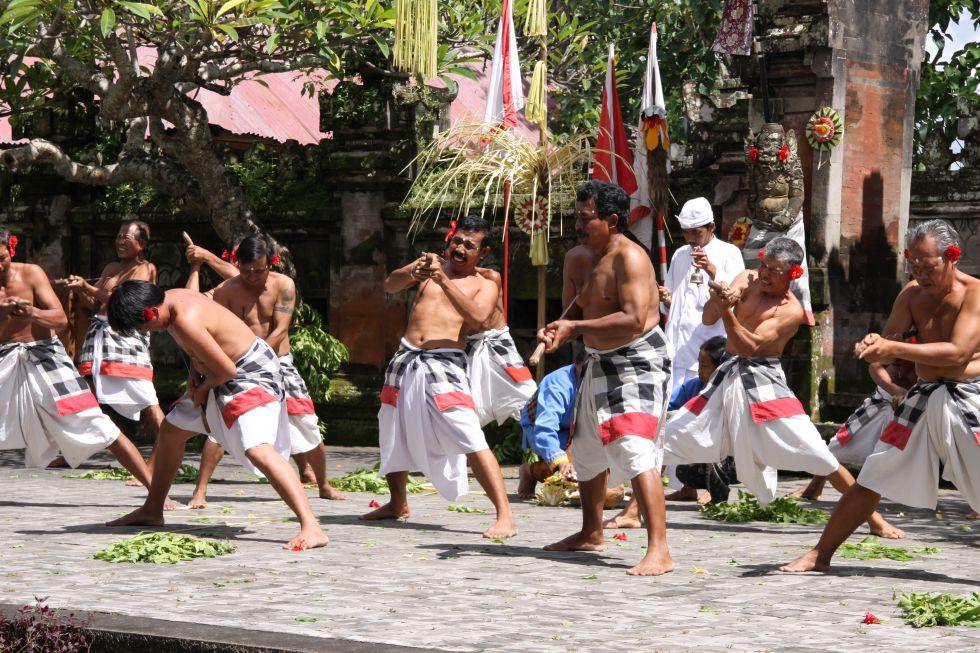 Balijscy biegacze rozgrzewają się przed maratonem