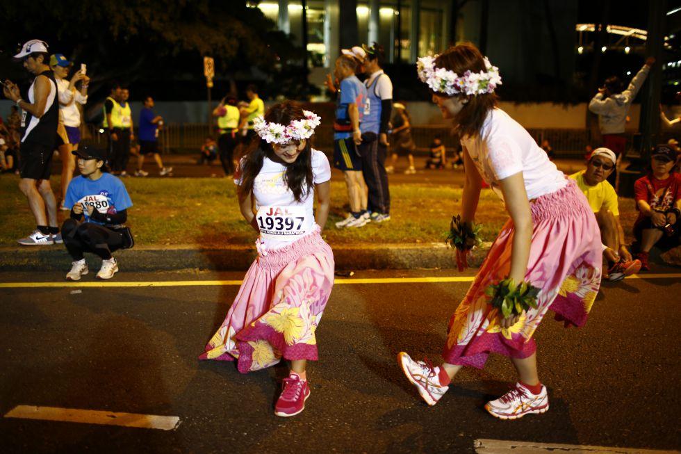 Młode hawajskie dziewczyny świętują w tańu ukończenie maratonu w Honolulu.