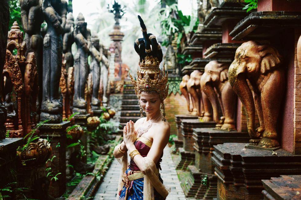 kobieta w tajlandzkiej swiatyni