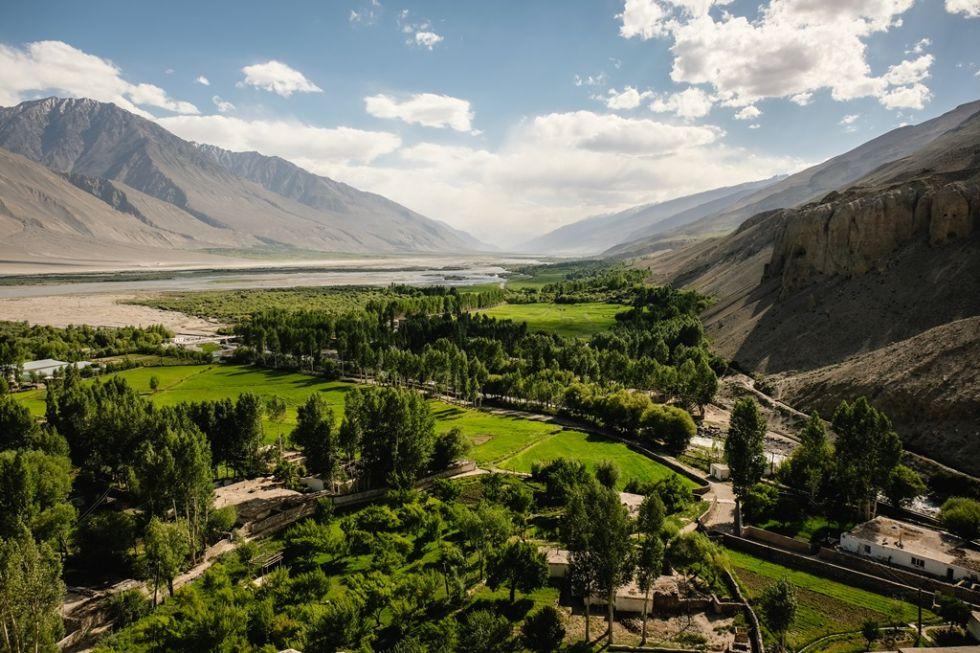 miejscowosc polozona u podnoza gor podczas objazdu turkmenistan uzbekistan tadzykistan