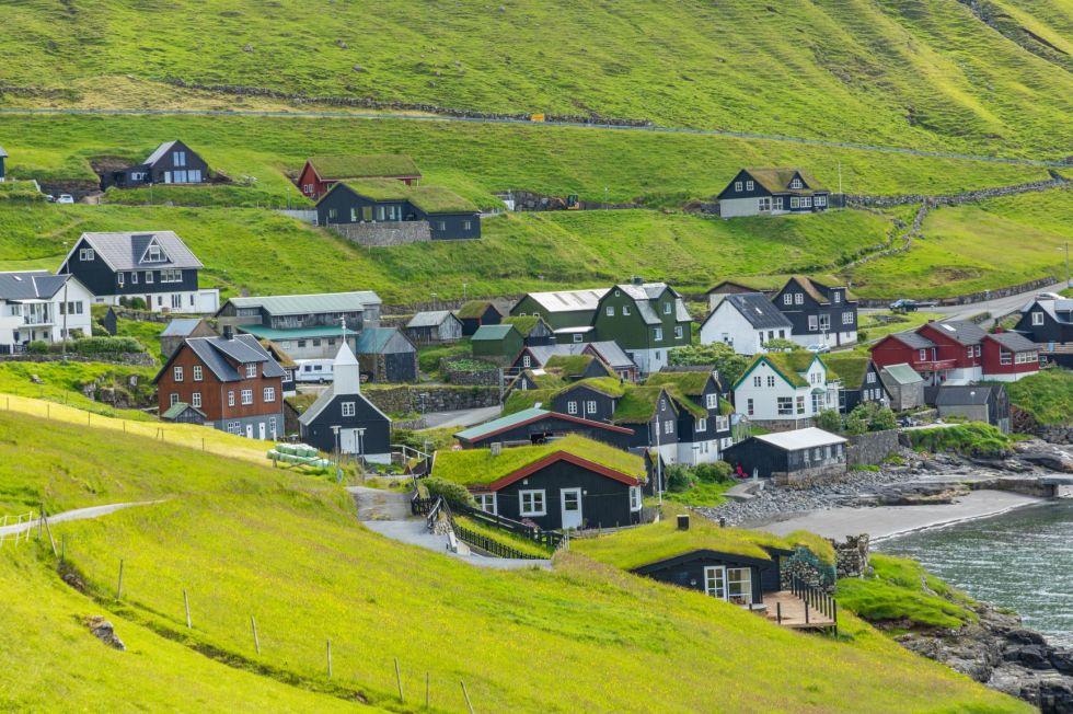domki farerskie na dunskiej wyspie vagar lezacej w archipelagu wyspy owcze