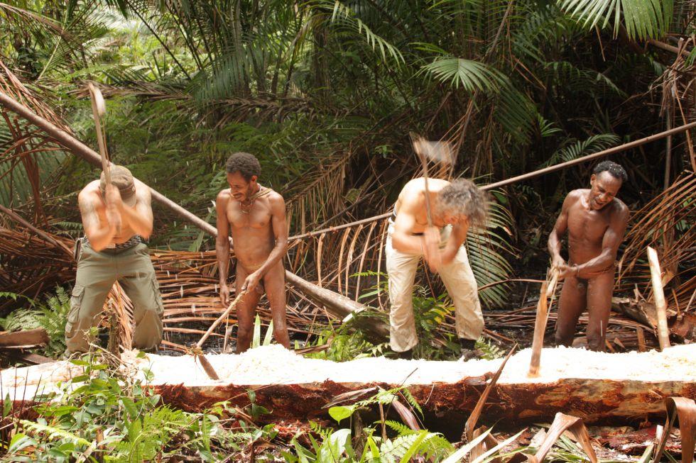 Papua Zachodnia (Irian Jaya) - praca przy budowie łodzi - dłubanki