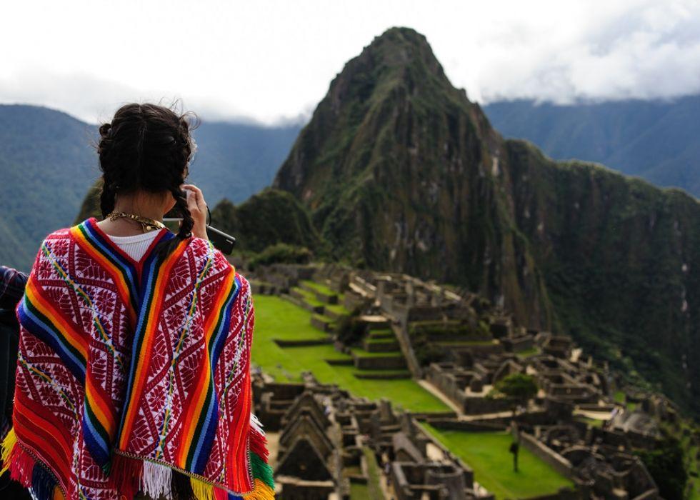 Wycieczka Peru, Chile, Argentyna, Brazylia. Peruwianka w tradycyjnym stroju na tle Macchu Pichu.