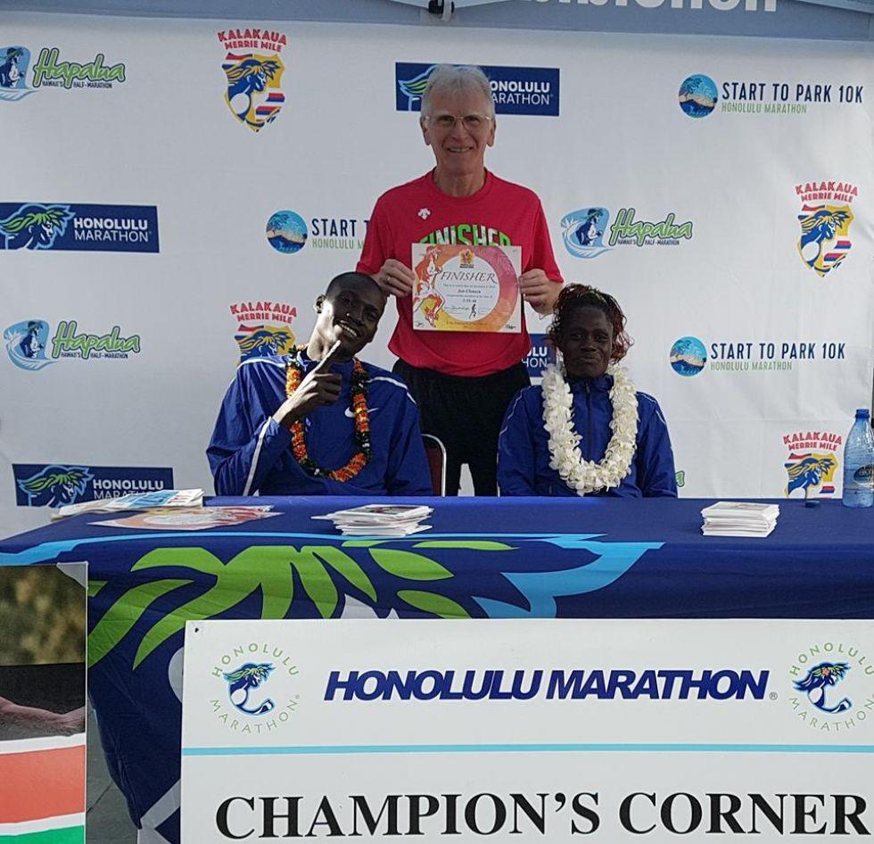 maratonczyk na starcie przed biegiem maratonu w honolulu na hawajach