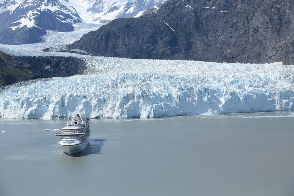 Alaska - statek turystyczny w Zatoce Lodowców.