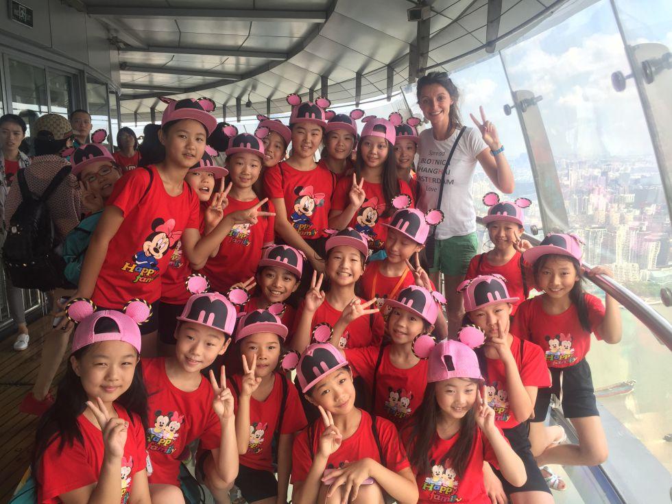 Młode pokolenie chińczyków na wieży widokowej w Szanghaju.