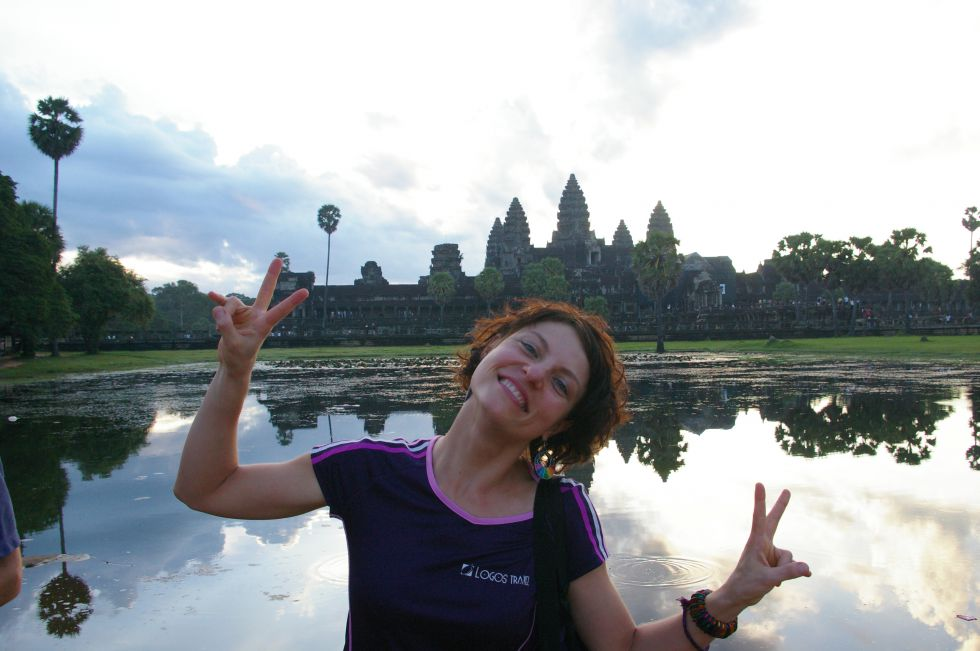 Angkor Thom - Kambodża na tle buddyjskiej świątyni.