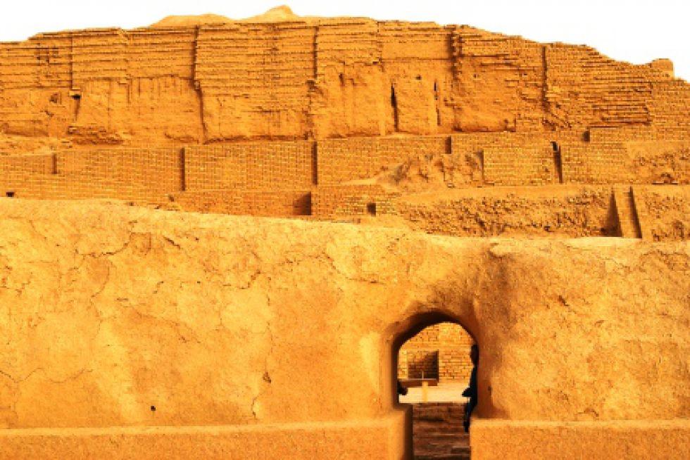 Zwiedzanie Iranu. Zigurat Czogha Zambil.